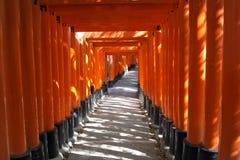 Röd porttunnel i Kyoto Fotografering för Bildbyråer
