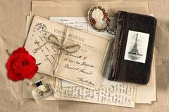 Röd ros, gamla fransmanbokstäver och vykort Royaltyfria Bilder