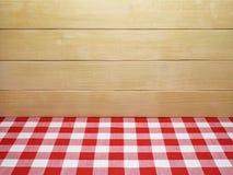 Röd rutig bordduk och träplankor Arkivfoton