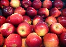 Röd skinande äpplebakgrund Arkivbild