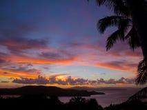 Röd solnedgång över de Whitsunday öarna, Australien Arkivbilder