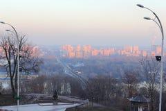 Röd solnedgång över staden Royaltyfri Fotografi