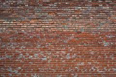 Röd sprucken vit texturerad grungetegelstenvägg Royaltyfri Bild