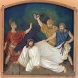 3rd stationer av korset, Jesus faller den första gången Arkivfoto