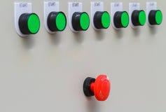 Röd strömbrytare och nollställning för nöd- stopp med gröna startknappar Royaltyfri Fotografi