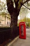 Röd telefonask i stadsmitten, London, UK Royaltyfri Bild