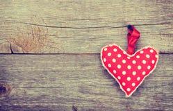 Röd valentin leksak för daghjärta Arkivbilder