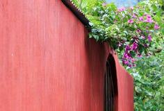röd vägg Arkivfoton