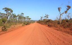 Röd vildmarkgrusväg Royaltyfria Bilder