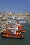 Röda bogserbåtfartyg med Genua horisont i bakgrund, Genoa Harbor, Italien, Europa Royaltyfri Foto