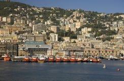 Röda bogserbåtfartyg som fodrar Genoa Harbor, Genua, Italien, Europa Arkivbilder