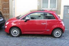 Röda FIAT 500, ny version Arkivbilder
