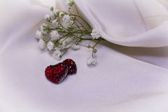 Röda hjärtor på kräm- tyg Royaltyfri Fotografi
