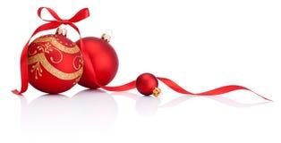 Röda julgarneringbollar med bandet bugar på vit Arkivfoton