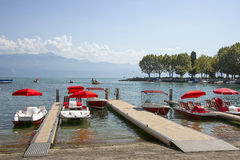 Röda katamaran i Genève sjöfjärd härbärgerar i Lausanne, Switzerlan Royaltyfria Foton