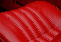 Röda läderplatser i retro bil Arkivbild