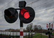 Röda ljus som blinkar på järnvägkorsningen Royaltyfria Foton