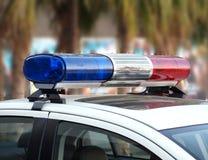 Röda och blåa Lightbar av en polisbil Arkivfoto