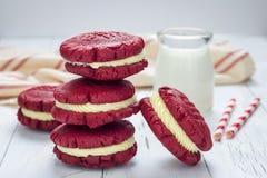 Röda sammetsmörgåskakor Arkivfoto