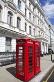 Röda telefonaskar i London Arkivbilder