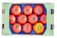 Röda tomater och gul spansk peppar på ett magasin Royaltyfria Bilder