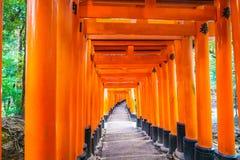 Röda Tori Gate på den Fushimi Inari relikskrintemplet i Kyoto, Japan Royaltyfria Foton
