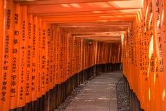 Röda Torii av den Fushimi Inari relikskrin, Kyoto, Japan Fotografering för Bildbyråer
