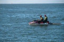 Räddningsmanskap för livvakt på SeaDo Arkivfoton