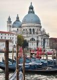Rdentorkerk in Venetië met gondels stock afbeeldingen