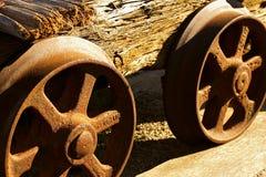 Räder des alten Grubenwagens Stockbilder
