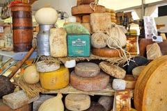 Räder des reifen Käses auf dem Stand. Stockfotografie