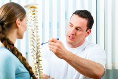 Rådgivning - tålmodig på sjukgymnastiken Royaltyfri Foto