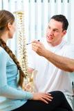 Rådgivning - tålmodig på sjukgymnastiken Arkivfoto
