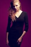 Rödhårig (ljust rödbrun) trendig modell i svart klänning Royaltyfri Fotografi