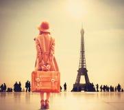Rödhårig manflicka med resväskan Arkivfoton