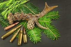 Rådjurhorn på kronhjort och visare Försäljningar av jaktbehov Inbjudan till jaktsäsongen Annonsering på jaktkassetter Arkivbild