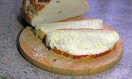 Źródło utrzymania na świeżo pokrojonym chlebie Zdjęcia Royalty Free