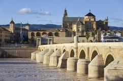 Rdoba de ³ de Roman Bridge et de la Mezquita Catedral de CÃ, Andalousie, Espagne Photographie stock