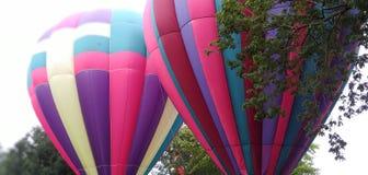 Rdouble kłopotu menchie i puple gorącego powietrza balon zdjęcie royalty free