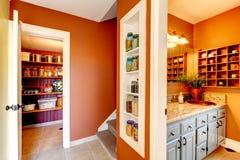 Rdza i biały mały korytarz z projektować obmurowanymi półkami Zdjęcie Royalty Free