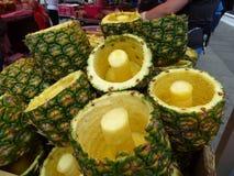 Rdzeniujący ananasy Zdjęcie Royalty Free