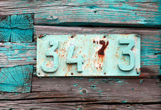 Rdzewiejąca domowa liczba na grunge zieleni ścianie Obraz Royalty Free