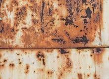 Rdzewiejąca kolor żółty malująca metal ściana Ośniedziały metalu tło z smugami rdzy rdzy plamy Zdjęcia Stock