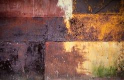 Rdzewiejąca kolorowa metalu ściana wyszczególniająca grunge tekstura Zdjęcia Royalty Free
