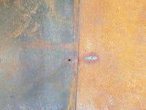 Rdzewiejąca metal ściana z śladami metalu spaw, Fotografia Stock