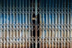 Rdzewiejąca metalu falcowania drzwi tła tekstura Zdjęcia Stock