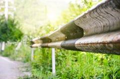 Rdzewiejąca poręczówka na drodze Obrazy Royalty Free