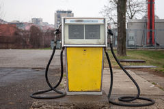 Rdzewiejąca, stara i zaniechana benzynowa aptekarka w poprzedniej staci benzynowej, strzelał w przedmieściu Belgrade, Serbia Obraz Royalty Free