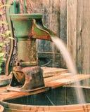 Rdzewiejąca zielona well wody ręki pompa fotografia royalty free