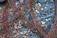 Rdzewiejący żelazo drut zakłada na kamienistej ziemi pustynia obrazy royalty free